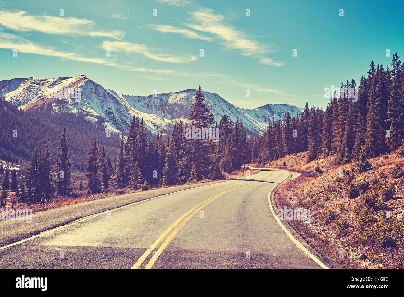 Tonos Retro Montañas Rocosas road, Colorado, Estados Unidos. Imagen De Stock