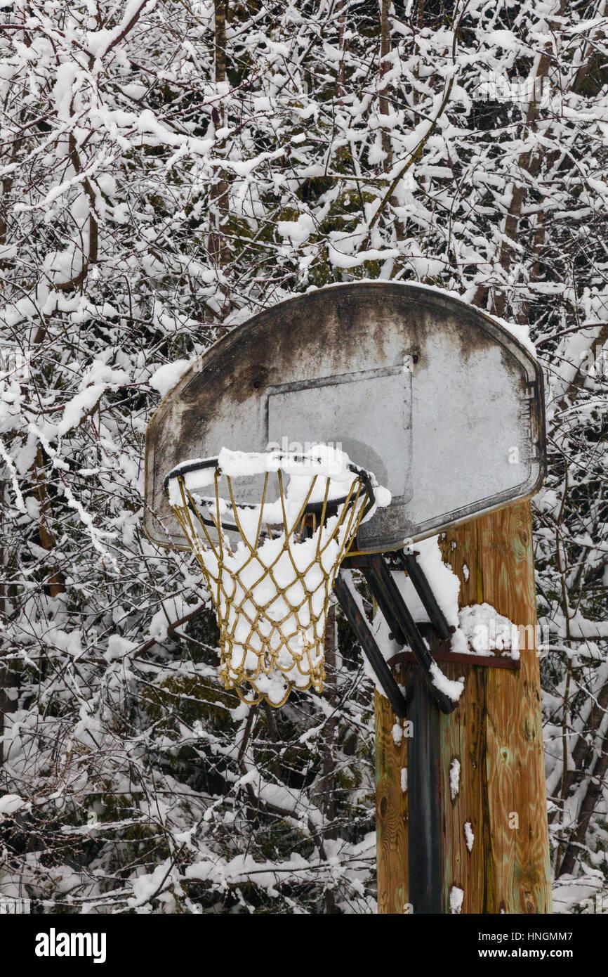 Red de baloncesto al aire libre lleno de nieve Imagen De Stock