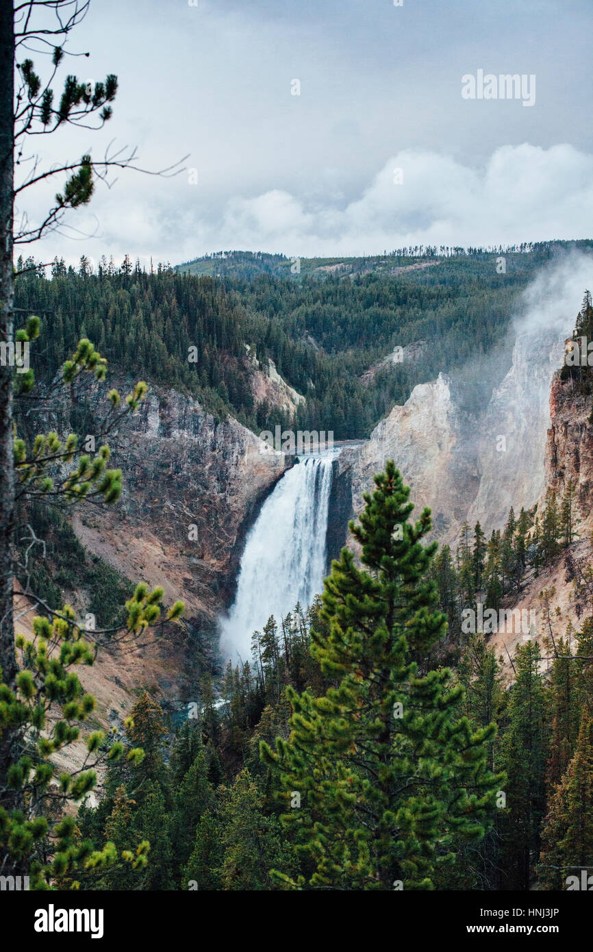 Vista panorámica de la cascada frente al parque nacional de Yellowstone Foto de stock