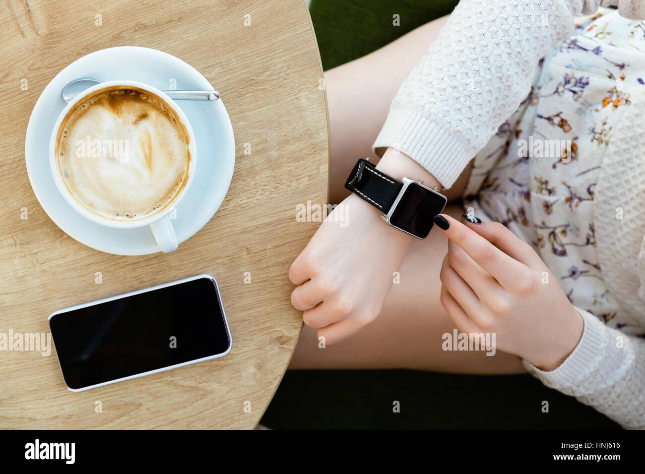 Taza de café, reloj y teléfono móvil Imagen De Stock
