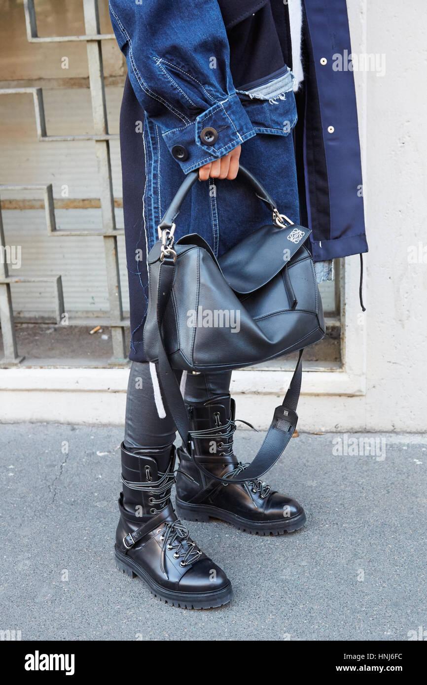 0ff3c9e9 Milán - 16 de enero: Mujer con Loewe bolso de cuero negro y botas ...