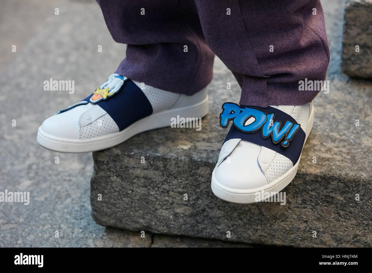 Hombre Con Pantalones De Color Purpura Y El Comic Escrito Pow En Zapatos Blancos Con Antes De Salvatore Ferragamo Fashion Show La Semana De La Moda De Milan Fotografia De Stock