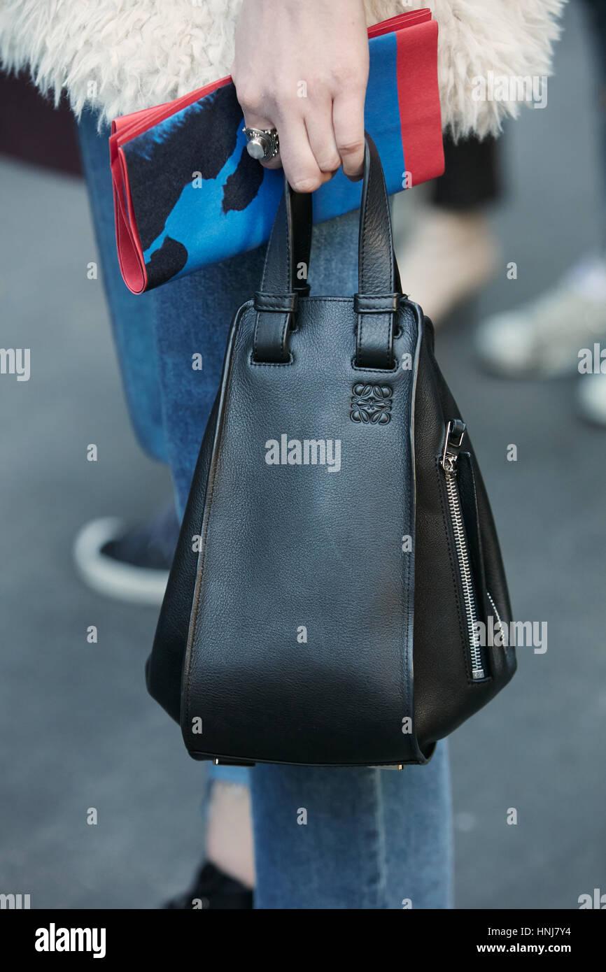 ba2dd4caf3fa Mujer con una pequeña bolsa de cuero negro de Loewe antes de MSGM Fashion  Show