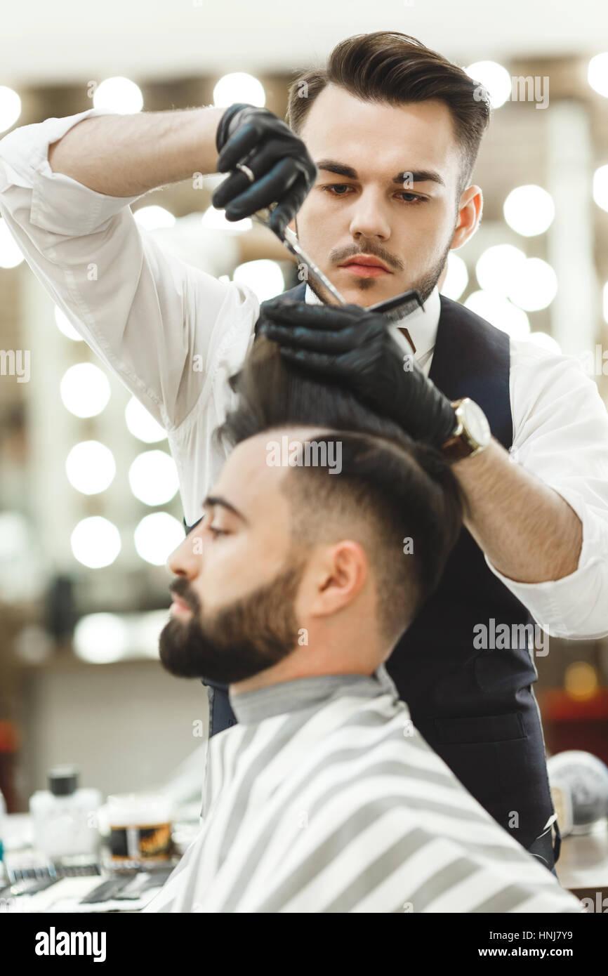 Barber haciendo recortes para el cliente Imagen De Stock
