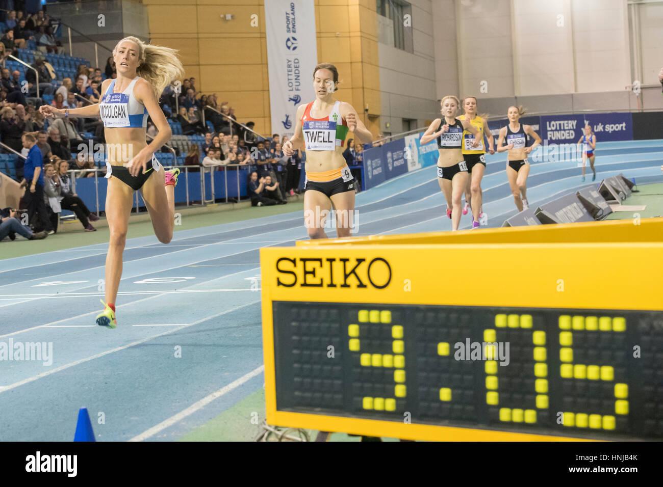 2962d3718 Eilish McColgan mira el reloj como ella gana el atletismo británico Trials  interiores en el Instituto inglés del deporte, Sheffield, Reino Unido,