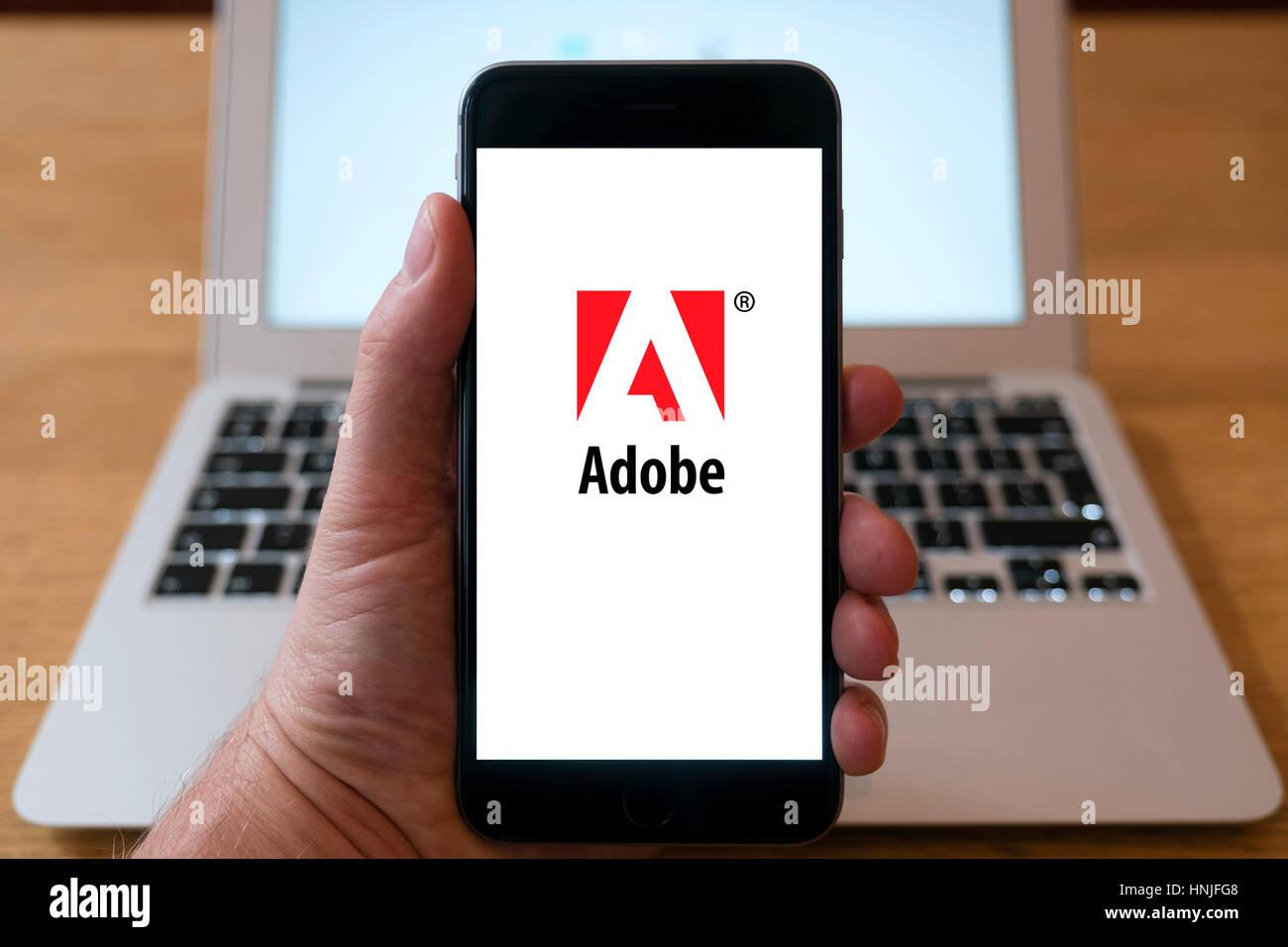 Logotipo de la empresa de software Adobe en la pantalla del teléfono inteligente. Imagen De Stock