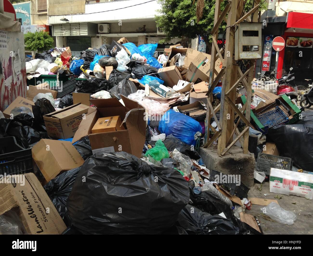 Basura amontonadas en calles Makadisi en Hamra, Beirut, Líbano Imagen De Stock