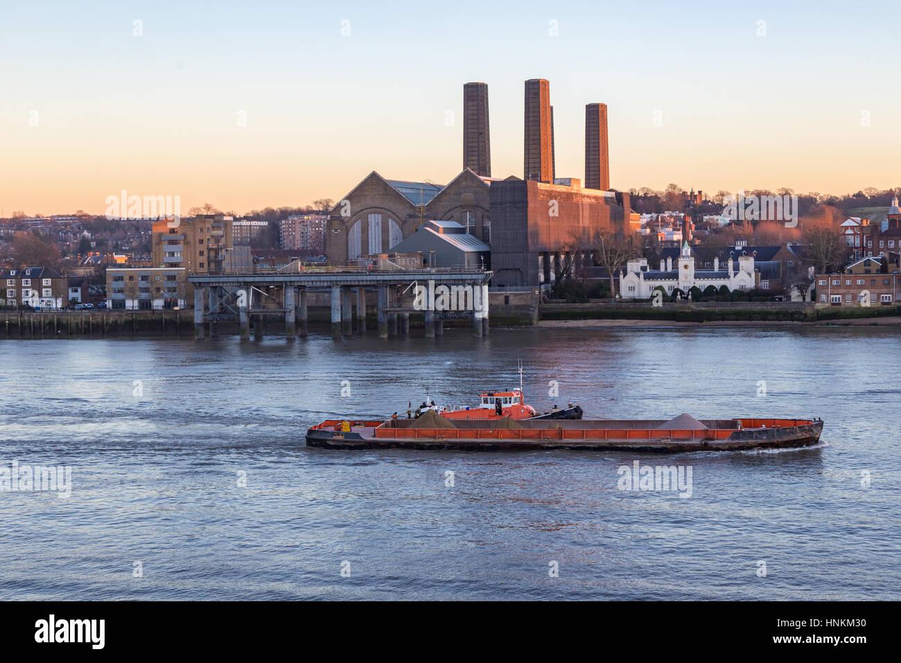 Barcaza sobre el Támesis en Greenwich. Disparos por la noche en invierno con luz preciosa y muestra una barcaza Imagen De Stock