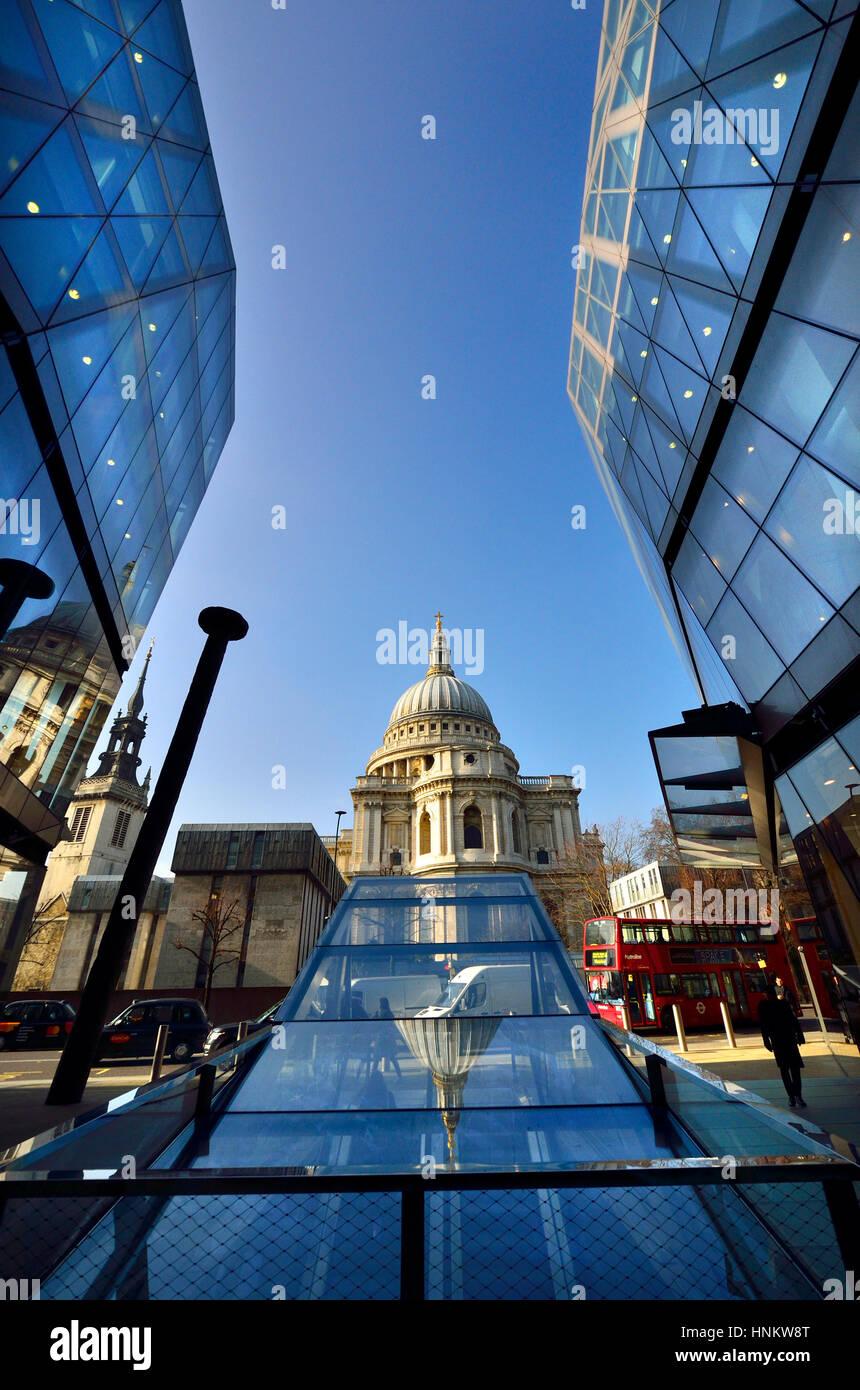 Londres, Inglaterra, Reino Unido. La Catedral de St Paul, visto desde un cambio nuevo centro comercial Foto de stock