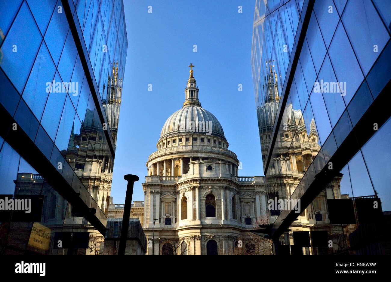 Londres, Inglaterra, Reino Unido. La Catedral de St Paul, visto desde un cambio nuevo centro comercial Imagen De Stock