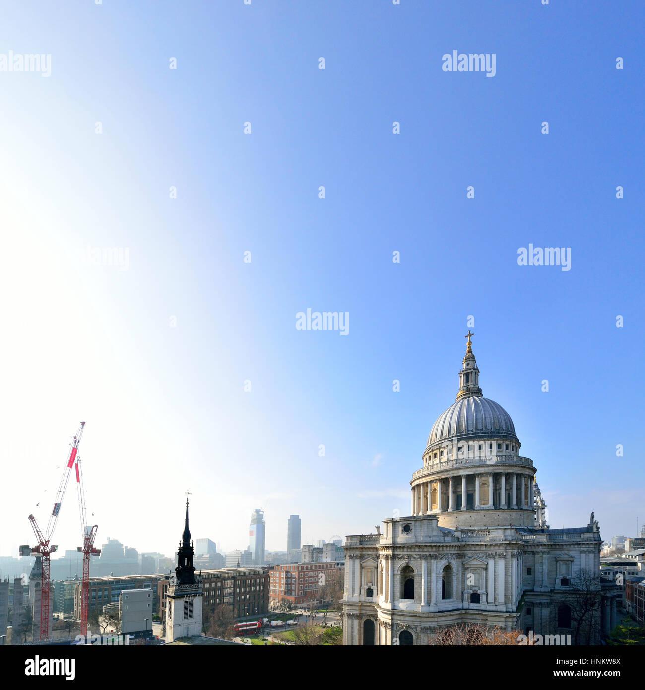 Londres, Inglaterra, Reino Unido. La Catedral de St Paul, visto desde un cambio nuevo centro comercial terraza Imagen De Stock