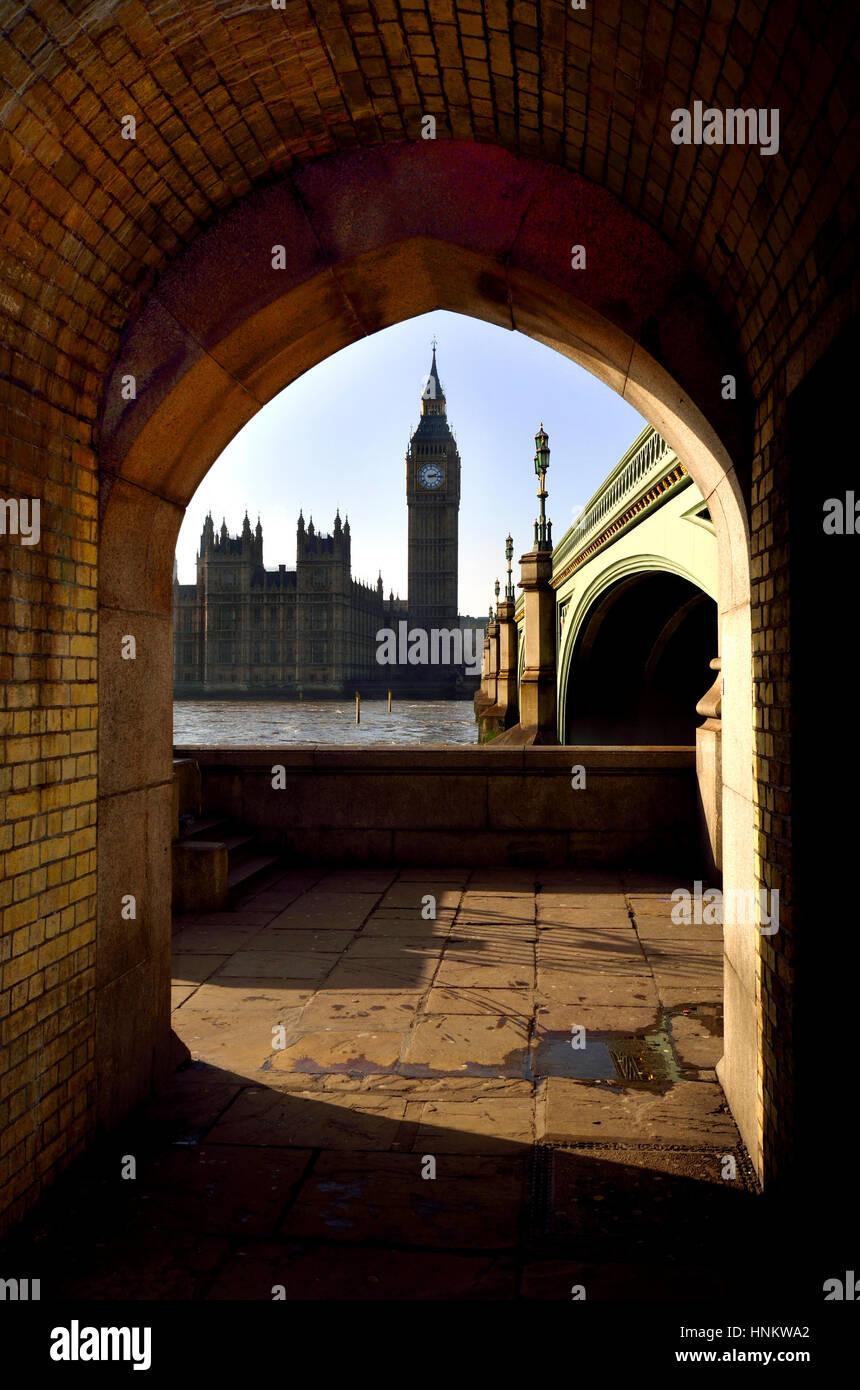 Londres, Inglaterra, Reino Unido. El Big Ben y las Casas del Parlamento, visto a través de un arco bajo el Imagen De Stock