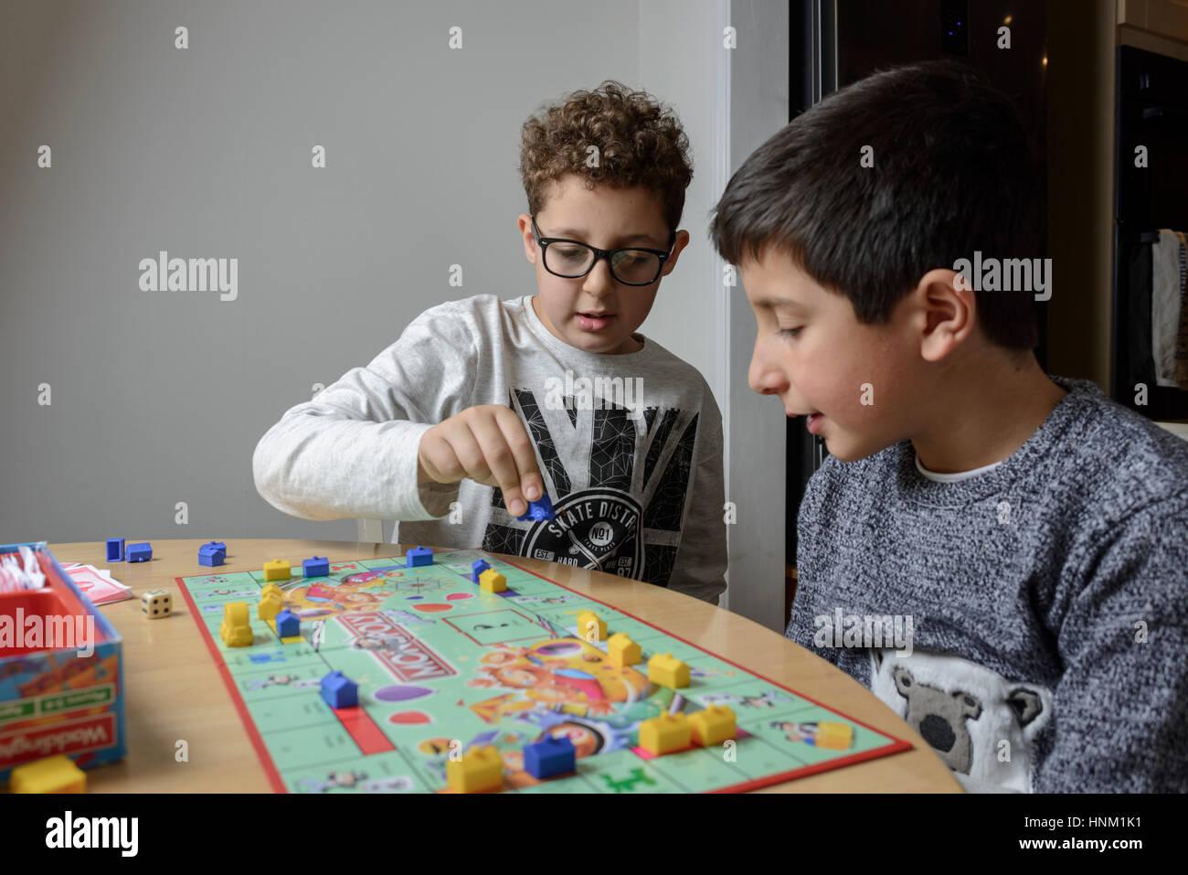 Muchachos,9-10 años,jugar monopolio juego de mesa Imagen De Stock