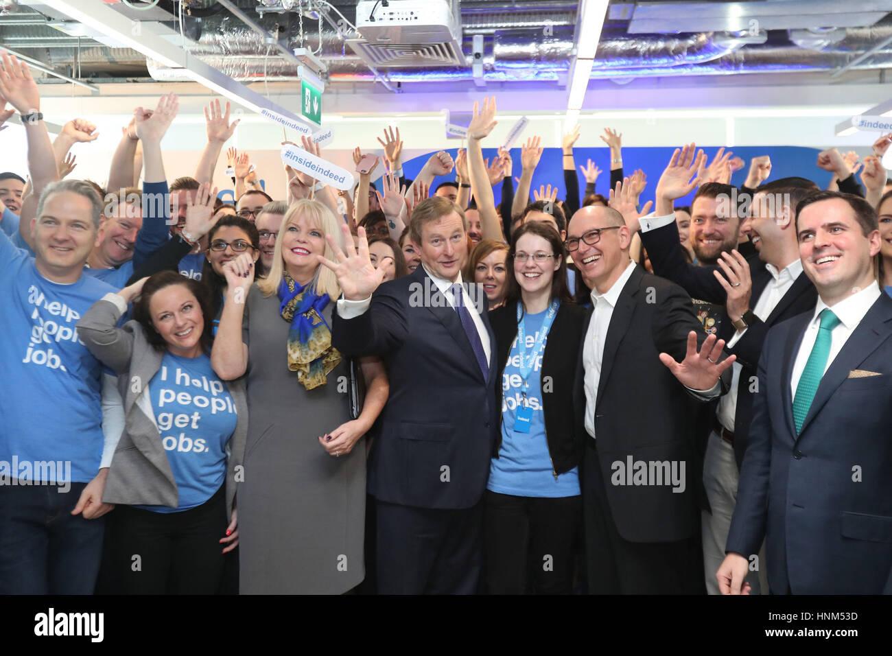 Taoiseach Enda Kenny posa con los funcionarios en una conferencia de ...