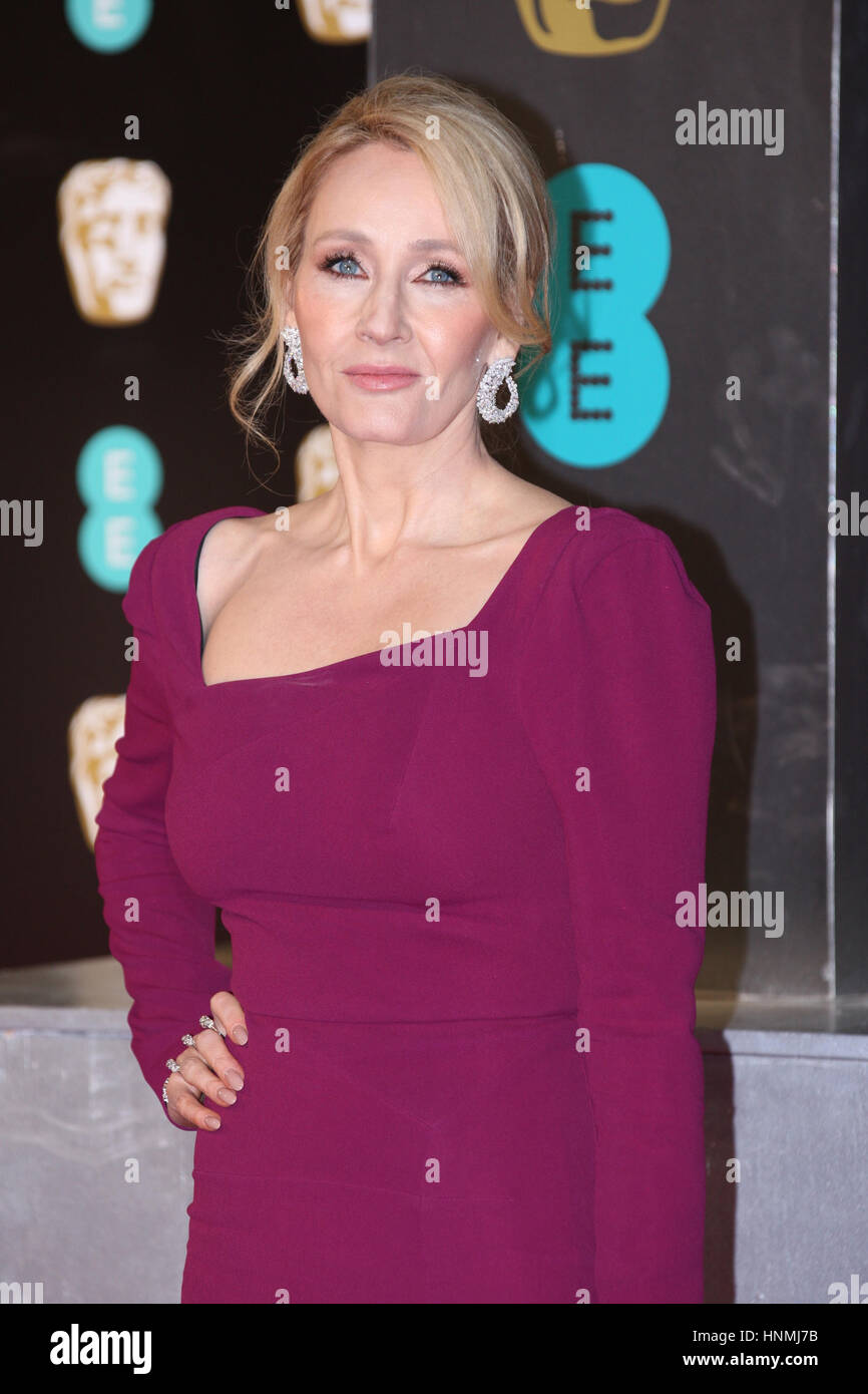 Londres - Feb 12, 2017: J.K. Rowling asiste a los EE British Academy Film Awards (BAFTA) en el Royal Albert Hall Imagen De Stock