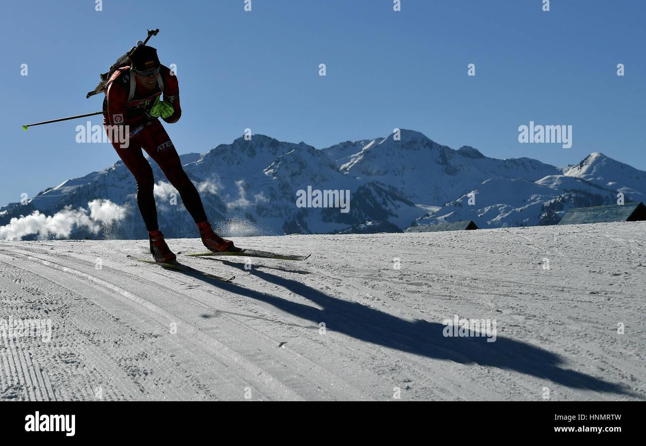 Hochfilzen, Alemania. 14 Feb, 2017. Biathletes tren a lo largo de la ruta durante el Campeonato del Mundo de biatlón Foto de stock