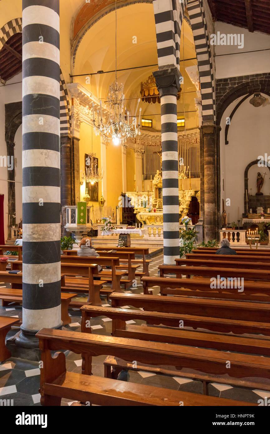 Interior de Chiesa di San Giovanni (b. 1244-1307), de Monterosso Al Mare, Liguria, Italia Foto de stock