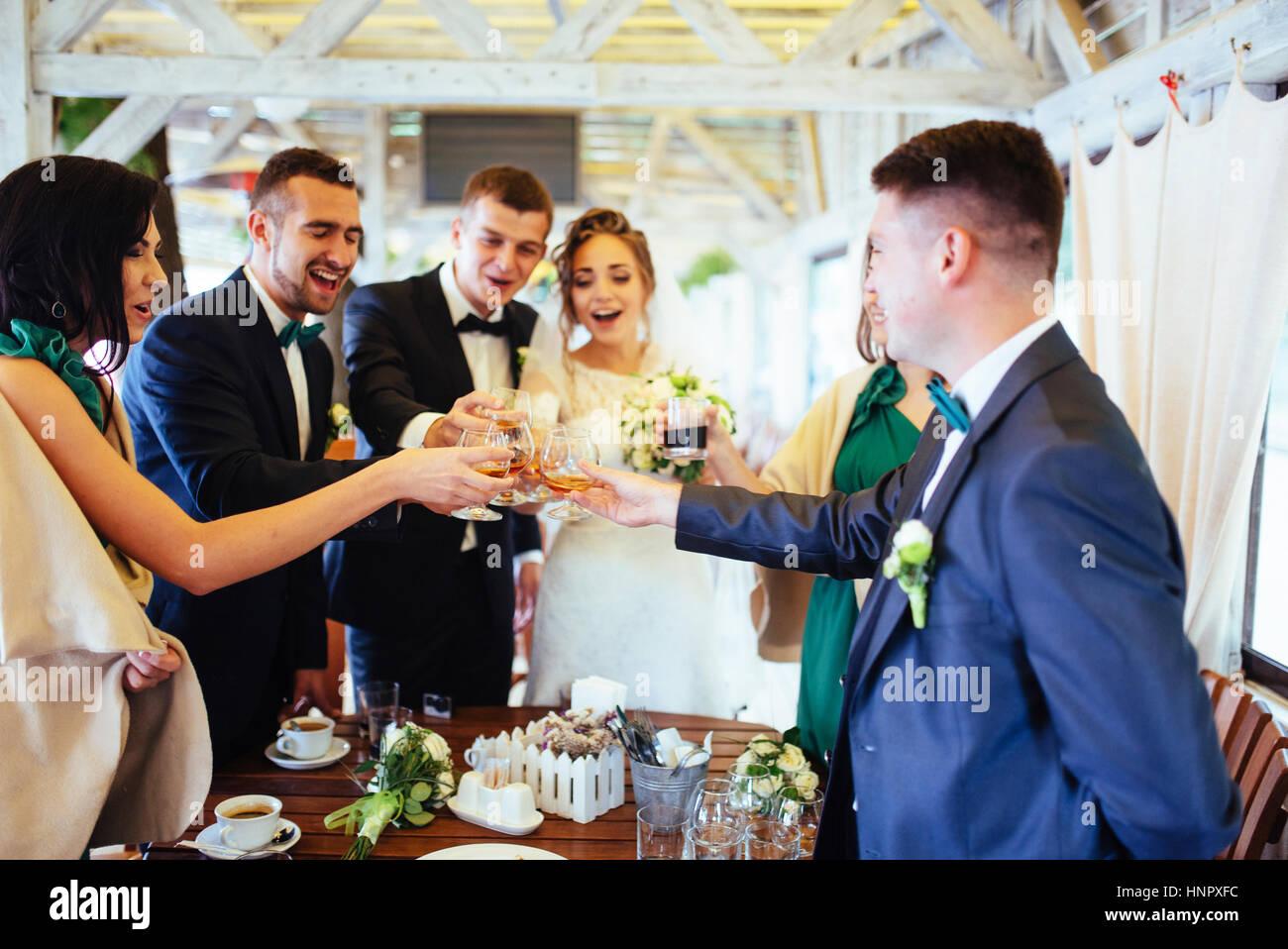 Día de boda novias con amigos en un café Imagen De Stock