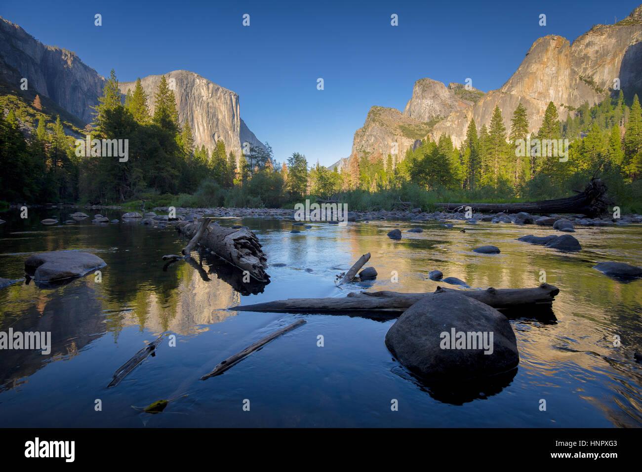 Vista clásica del pintoresco valle de Yosemite con Capitan de carril elevado famoso escalada cumbre y idílico río Merced en la hermosa luz del atardecer al atardecer, EE.UU. Foto de stock