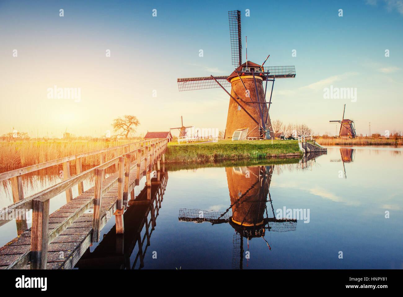 Los molinos de viento tradicionales holandeses desde el canal de Rotterdam. Holland Imagen De Stock