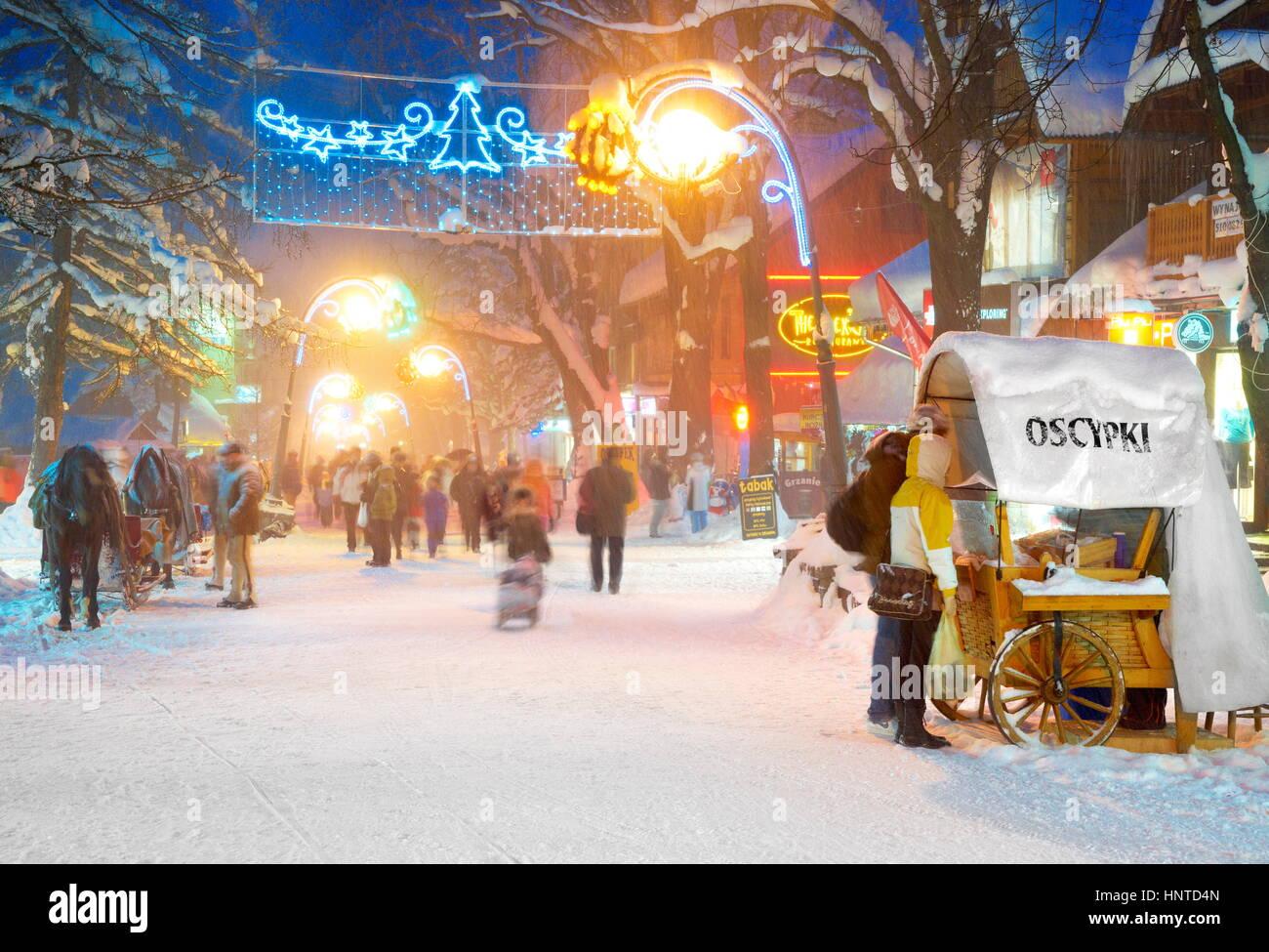 Ciudad de nieve de invierno en tiempo de Navidad en Zakopane, Polonia Imagen De Stock