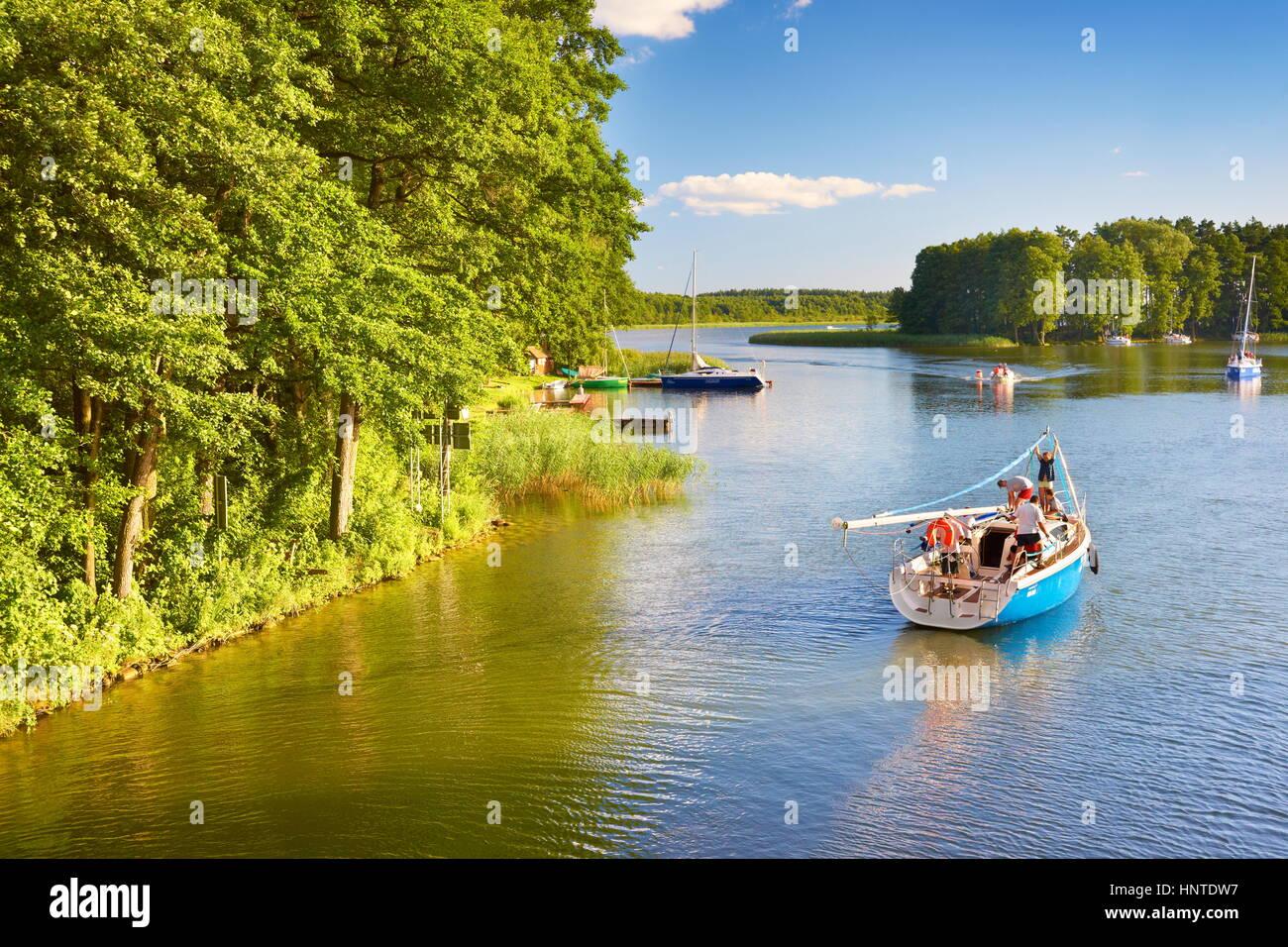 Velero en El Lago Sztynort, región de Masuria, en Polonia, Europa Foto de stock