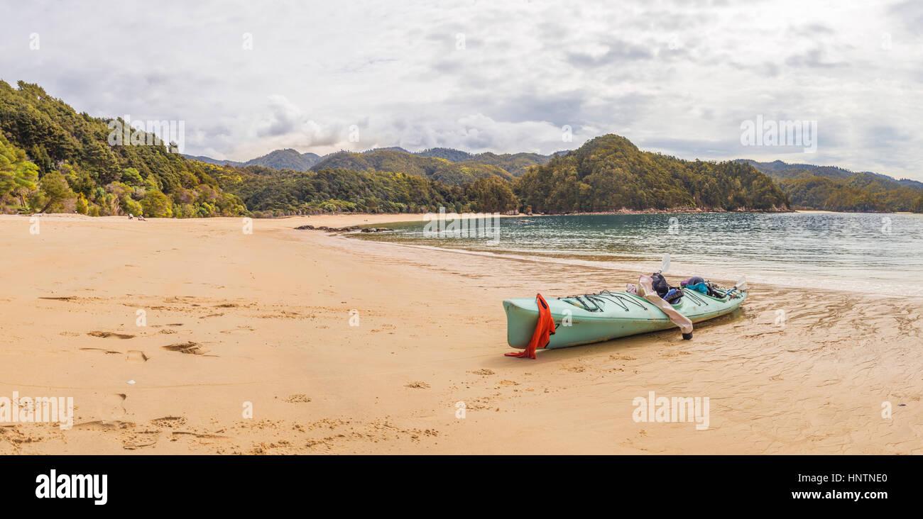 Kayak tumbado en la playa, la Bahía de Anchorage, Parque Nacional de Abel Tasman, Región de Tasmania, Southland, Foto de stock