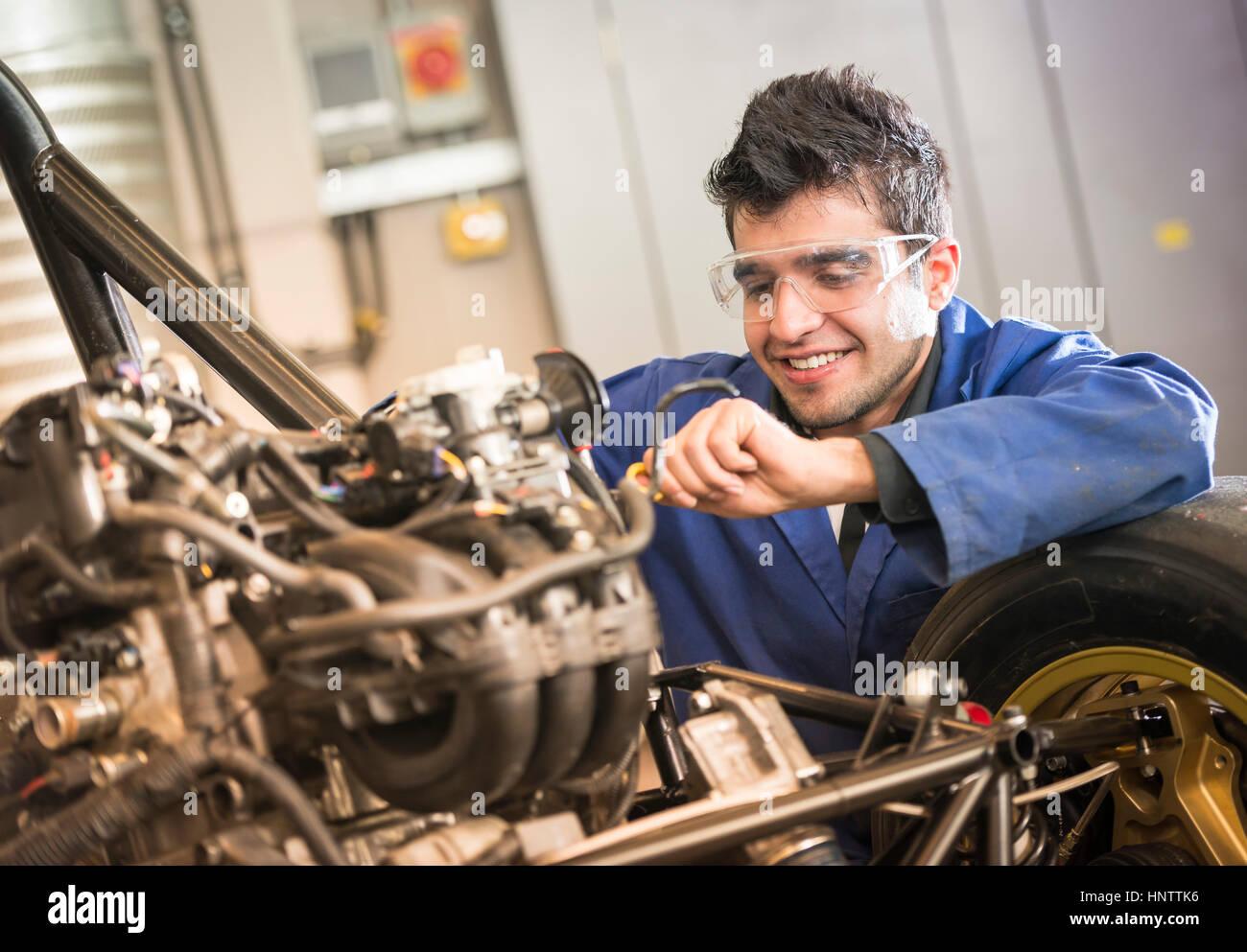 Mecánico que trabaja en un motor de automóvil Imagen De Stock