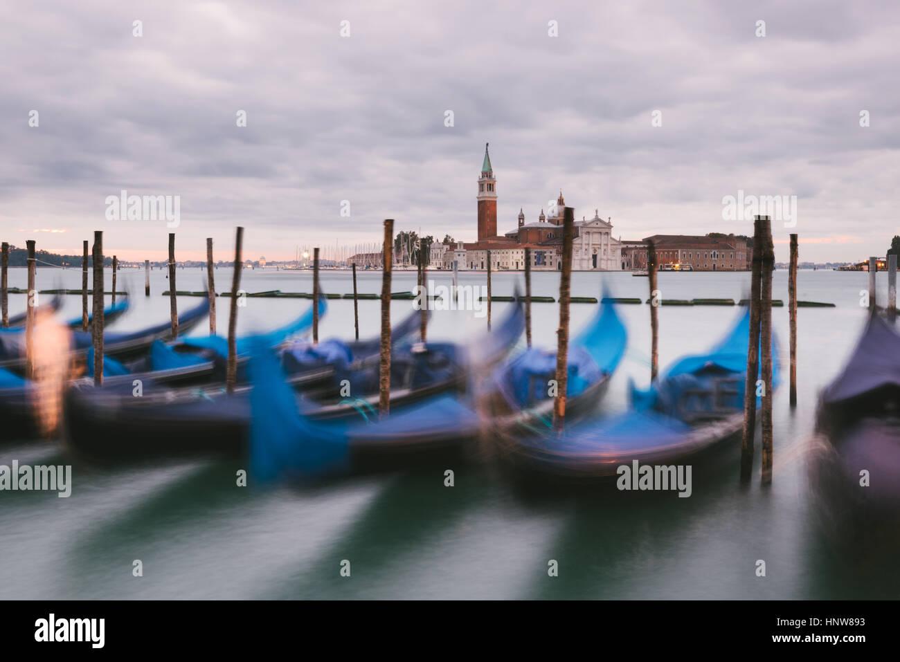Las góndolas en el Gran Canal, la isla de San Giorgio Maggiore en segundo plano, Venecia, Italia Foto de stock