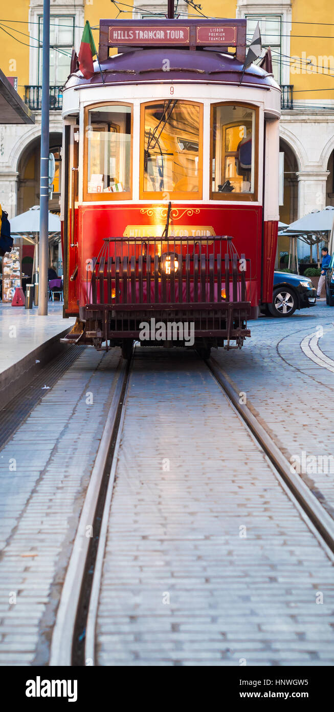 Lisboa, Portugal - 10 de enero de 2017: viejo tranvía en la Praca do Comercio (Commerce Square) en Lisboa, Portugal. Foto de stock