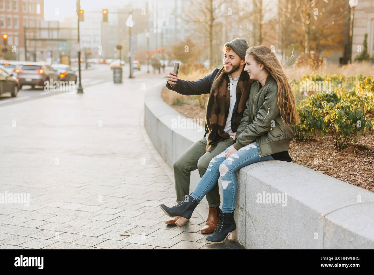 Pareja joven teniendo selfie en ciudad, Boston, Massachusetts, EE.UU. Imagen De Stock