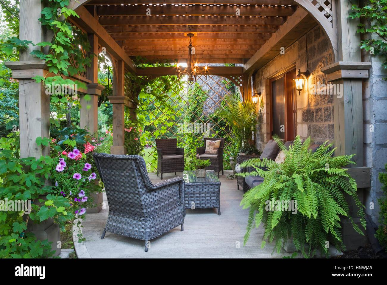 Parte trasera del Renacimiento y morteros de piedra gris de estilo castillo casa con patio de concreto y cenador Imagen De Stock