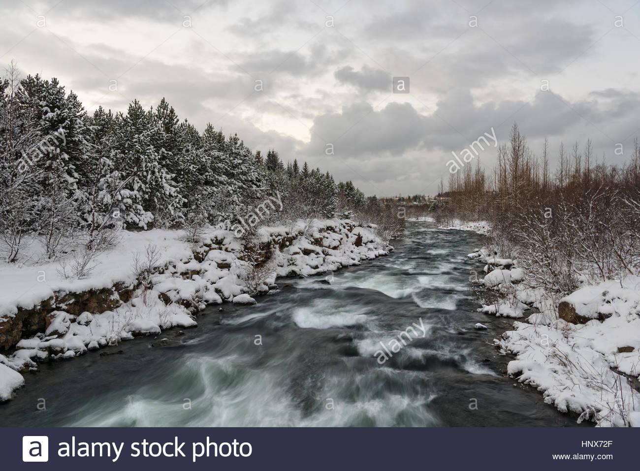 Río con fuerte corriente, Ellidaardalur, Islandia Imagen De Stock