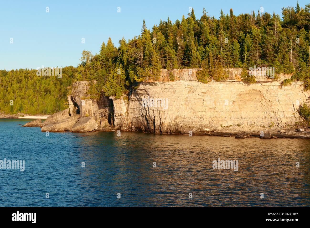 Bosques y acantilados en Lakeshore en Bruce Peninsula Foto de stock