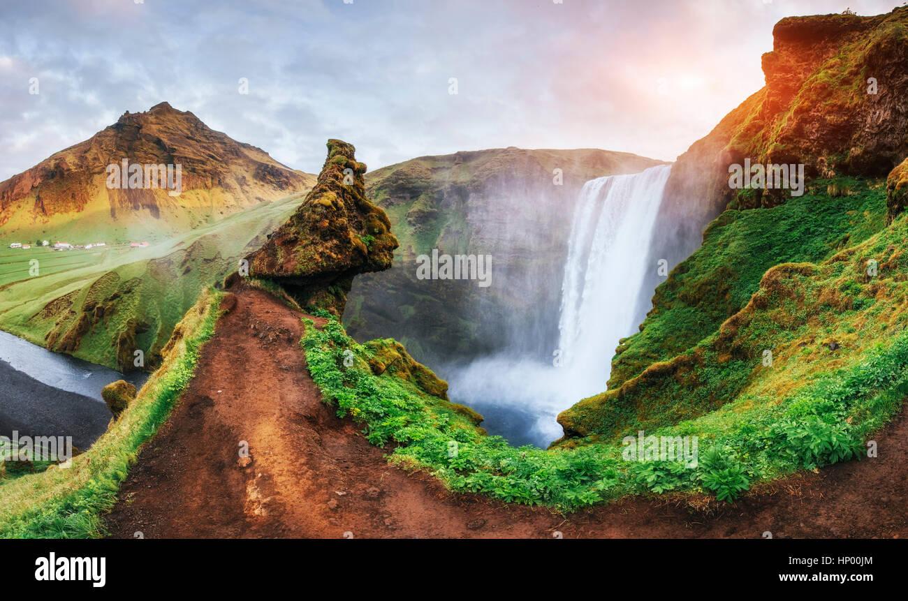 Gran Catarata Skogafoss en el sur de Islandia cerca Imagen De Stock