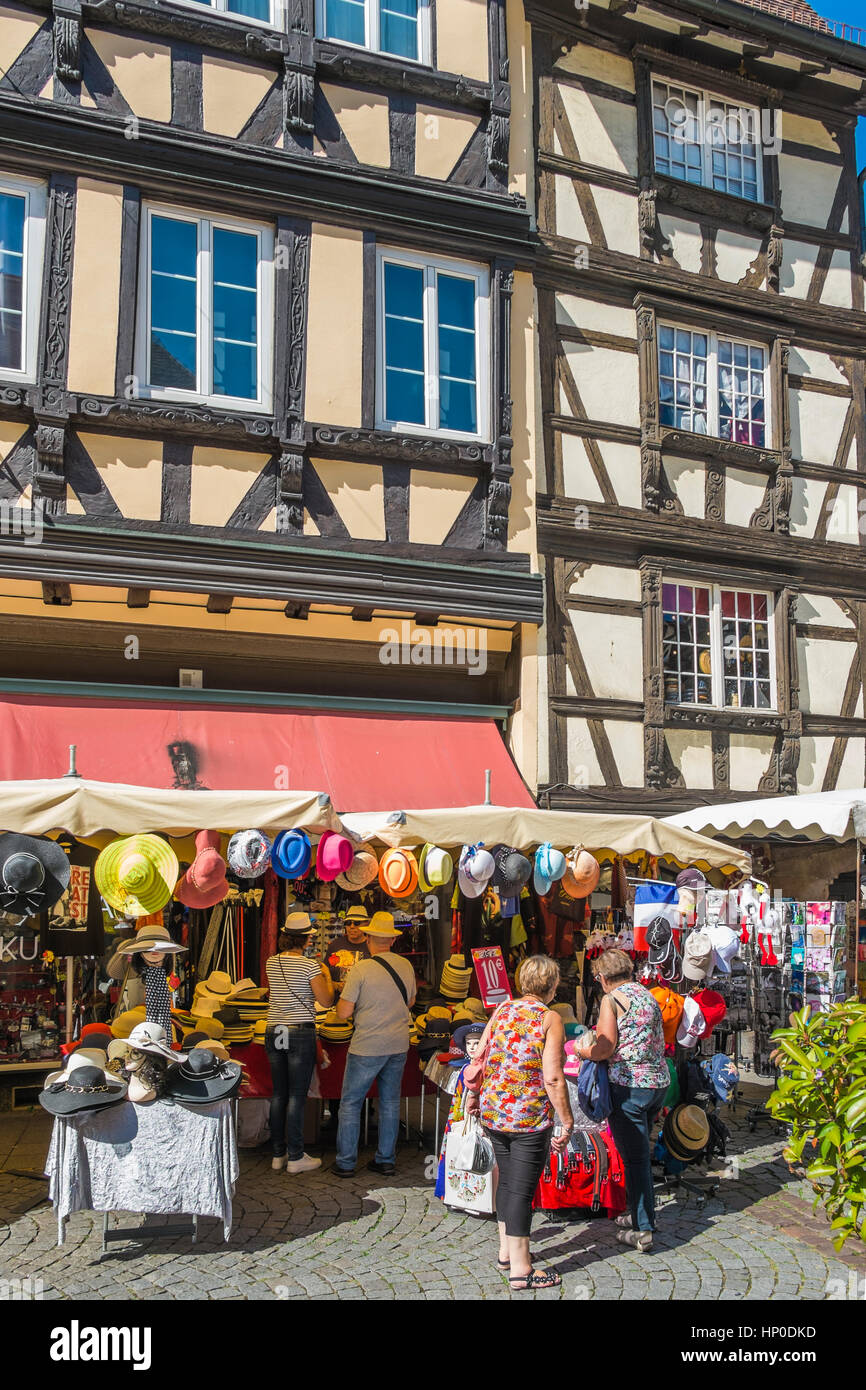Los turistas delante del sombrero y una tienda de souvenirs ... 0b9b4e6152c