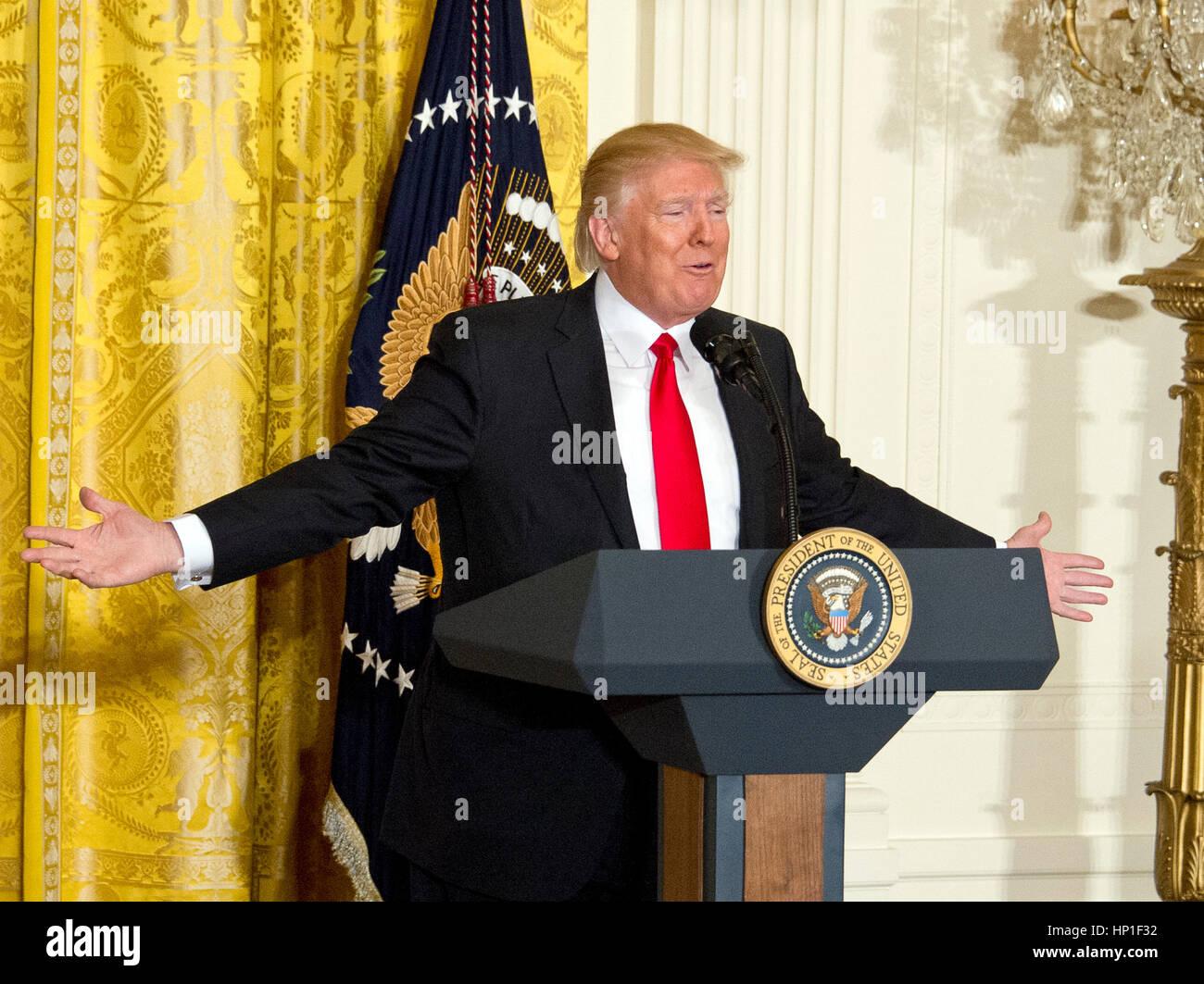 Washington, EEUU. 16 Feb, 2017. El Presidente de Estados Unidos, Donald J. Trump realiza una conferencia de prensa Imagen De Stock