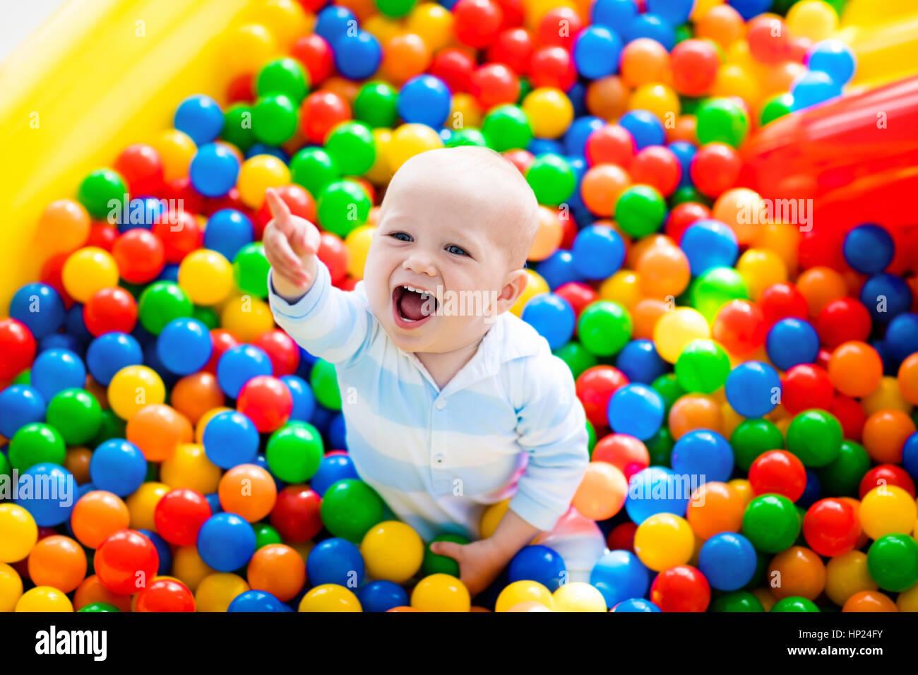 Feliz Riendo Boy A Divertirse En La Piscina De Bolas En La Fiesta De