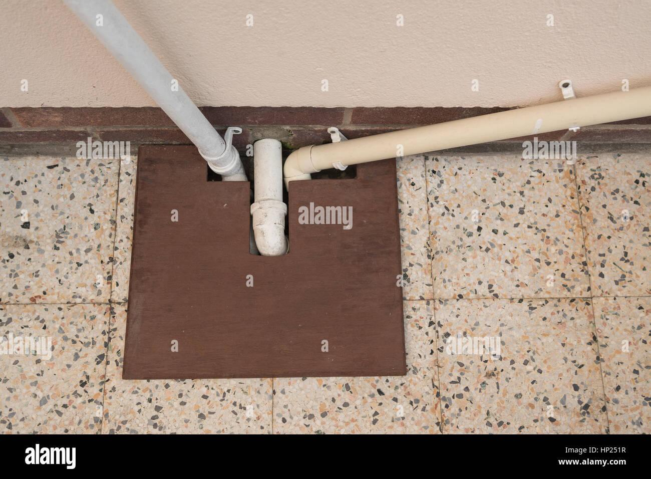 Cubierta de drenaje artesanal y tapón de hojas Imagen De Stock