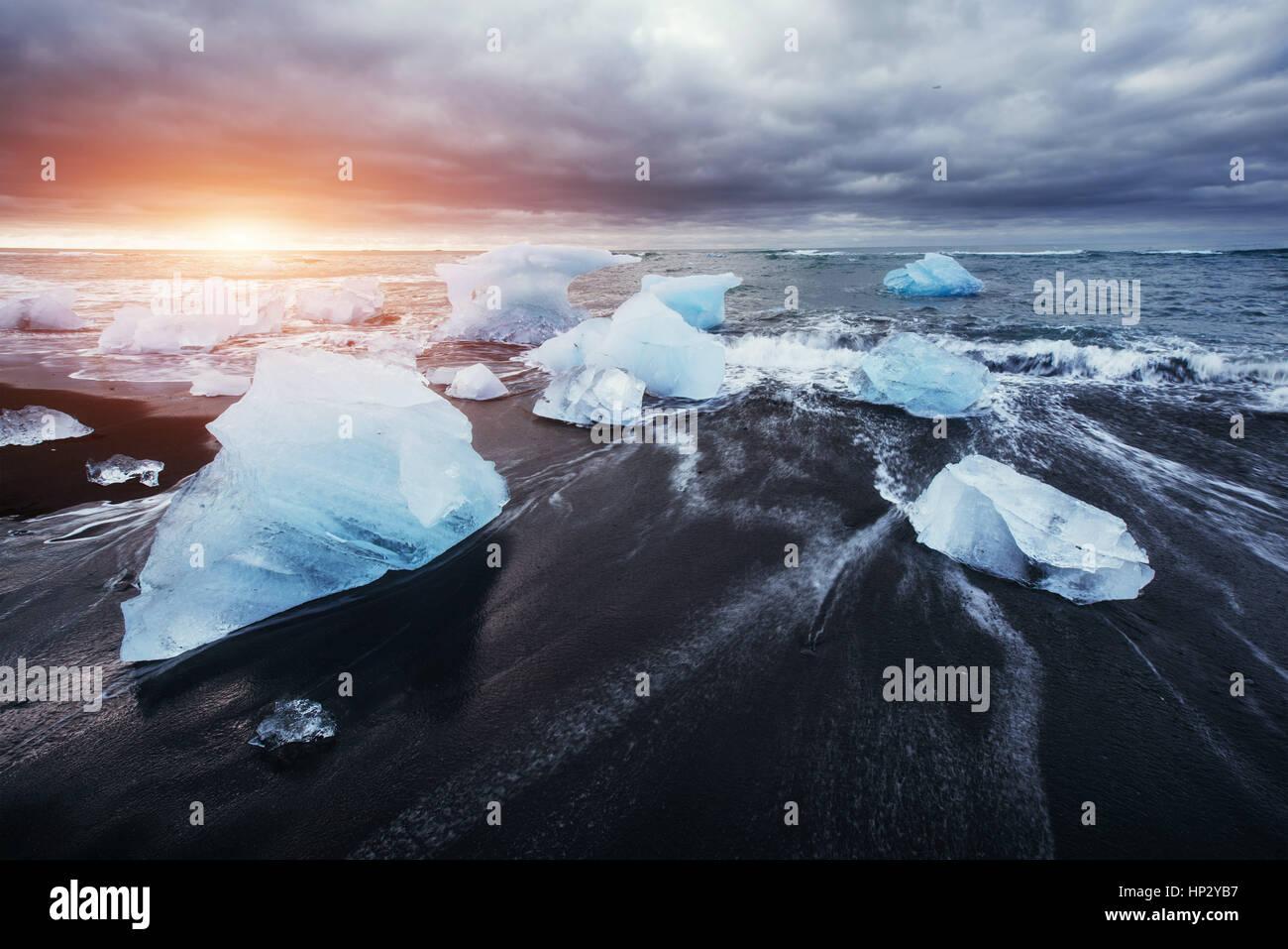 La Laguna glaciar Jokulsarlon fantástica puesta de sol en la playa negra, Foto de stock