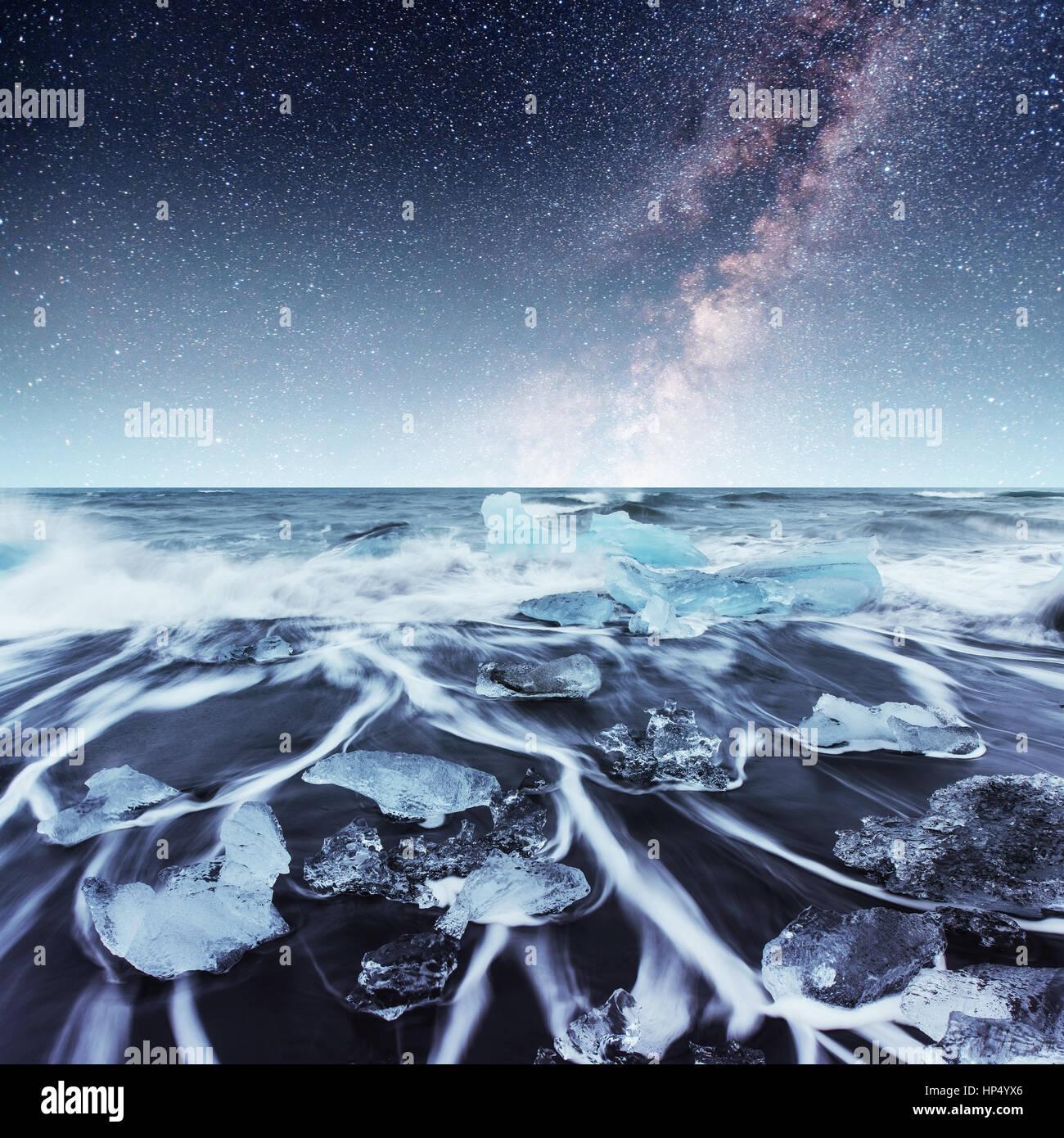 Icebergs flotando en el lago glacial Jokulsarlon. El sur de Islandia Imagen De Stock