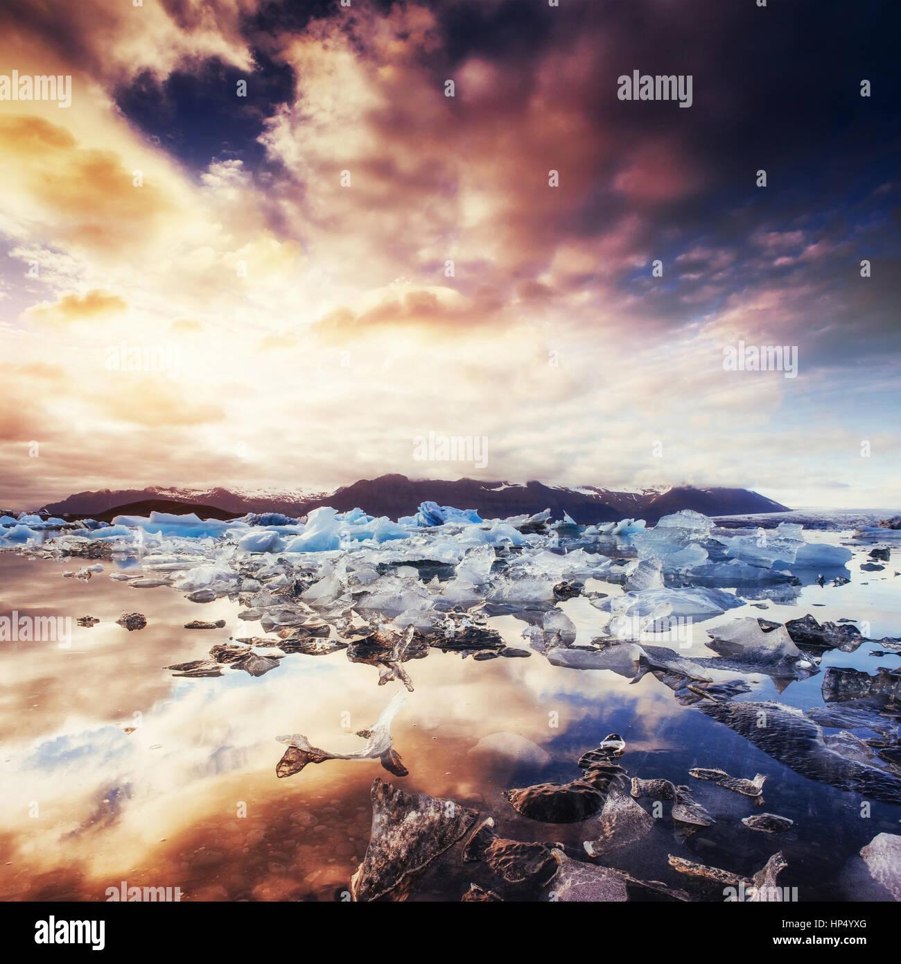 La Laguna glaciar Jokulsarlon, fantástica puesta de sol en la playa negra, Foto de stock