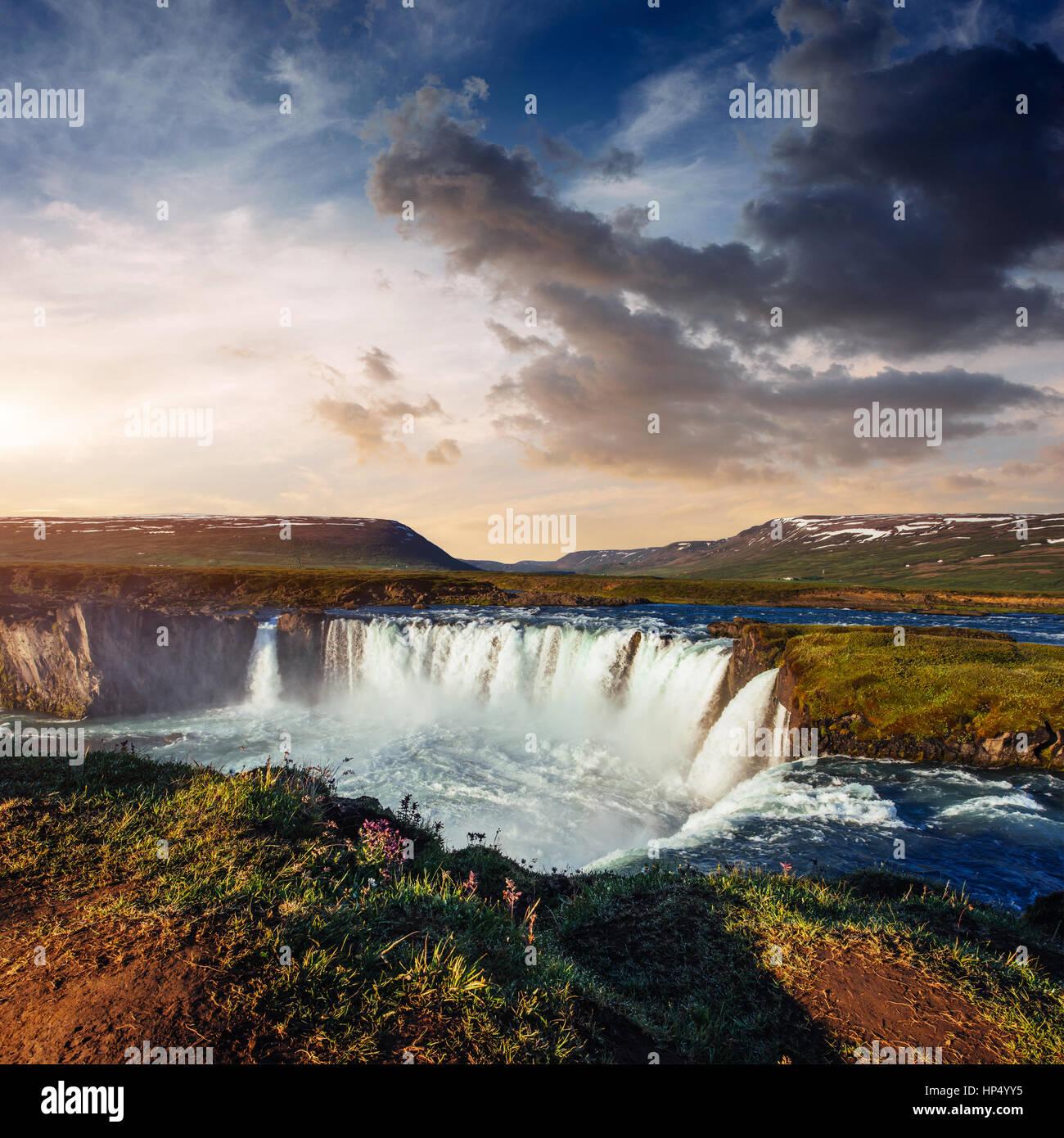 Cascada Godafoss al atardecer. Mundo de belleza. Islandia, Europa Imagen De Stock