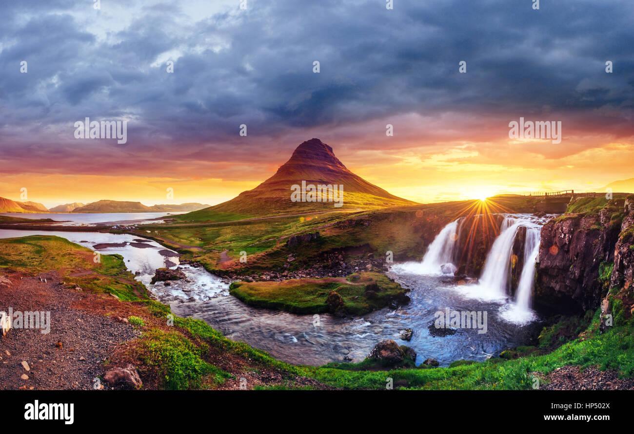 El pintoresco atardecer sobre paisajes y cascadas. Kirkjufel Imagen De Stock