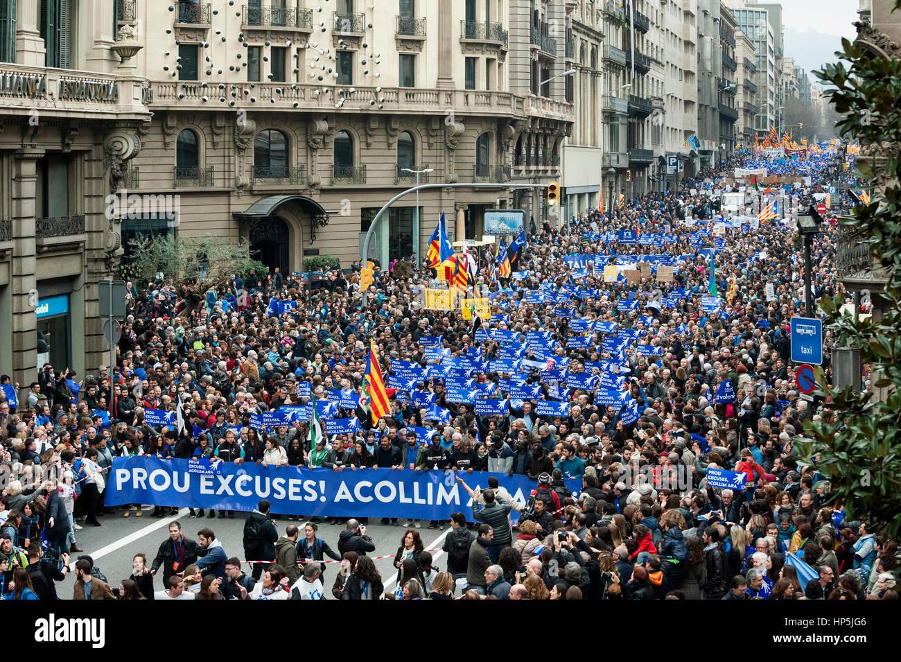 RAFA EL MAS GRANDE DE LA HISTORIA - Página 3 Barcelona-espana-18-de-febrero-2017-miles-de-marzo-en-barcelona-durante-la-manifestacion-pro-refugiados-decenas-de-miles-de-personas-salieron-a-las-calles-de-barcelona-el-sabado-instando-al-gobierno-espanol-a-cumplir-inmediatamente-su-promesa-de-sacar-a-miles-de-refugiados-la-marcha-bajo-el-lema-volem-acollir-queremos-darles-la-bienvenida-en-catalan-muchas-de-esas-inundaciones-la-calle-principal-via-laietana-llevaron-pancartas-en-las-que-se-leia-basta-de-excusas-les-damos-la-bienvenida-ahora-credito-dani-codinaalamy-live-news-hp5jg6