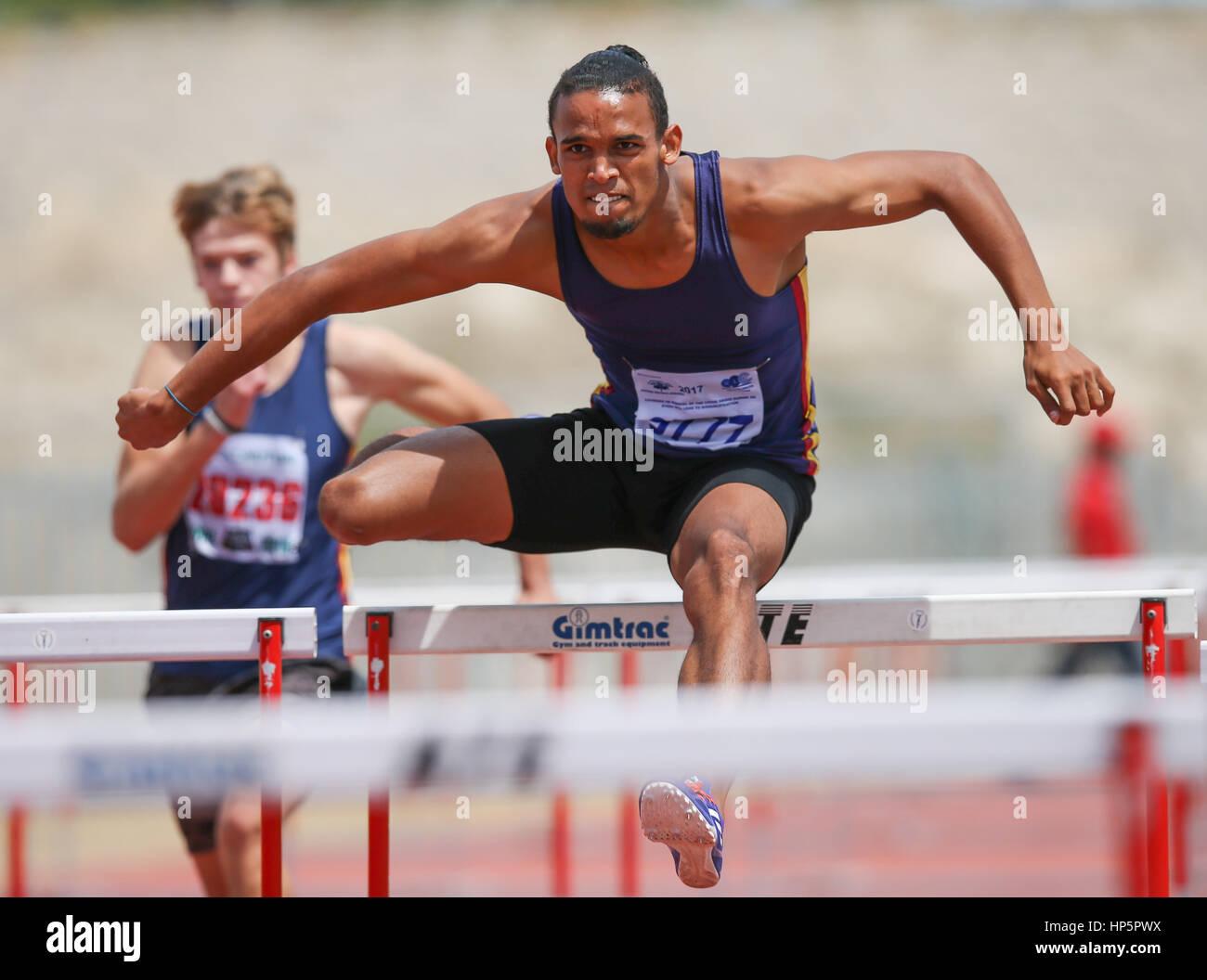 Ciudad del Cabo, Sudáfrica. 18 de febrero, 2017. Darren enigmas de Bellville Mens Club de Atletismo gana los 110 Foto de stock