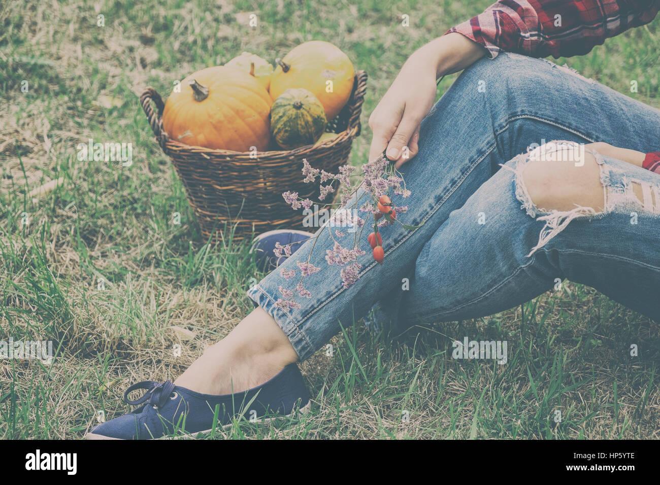 Mujer con calabazas en otoño Imagen De Stock