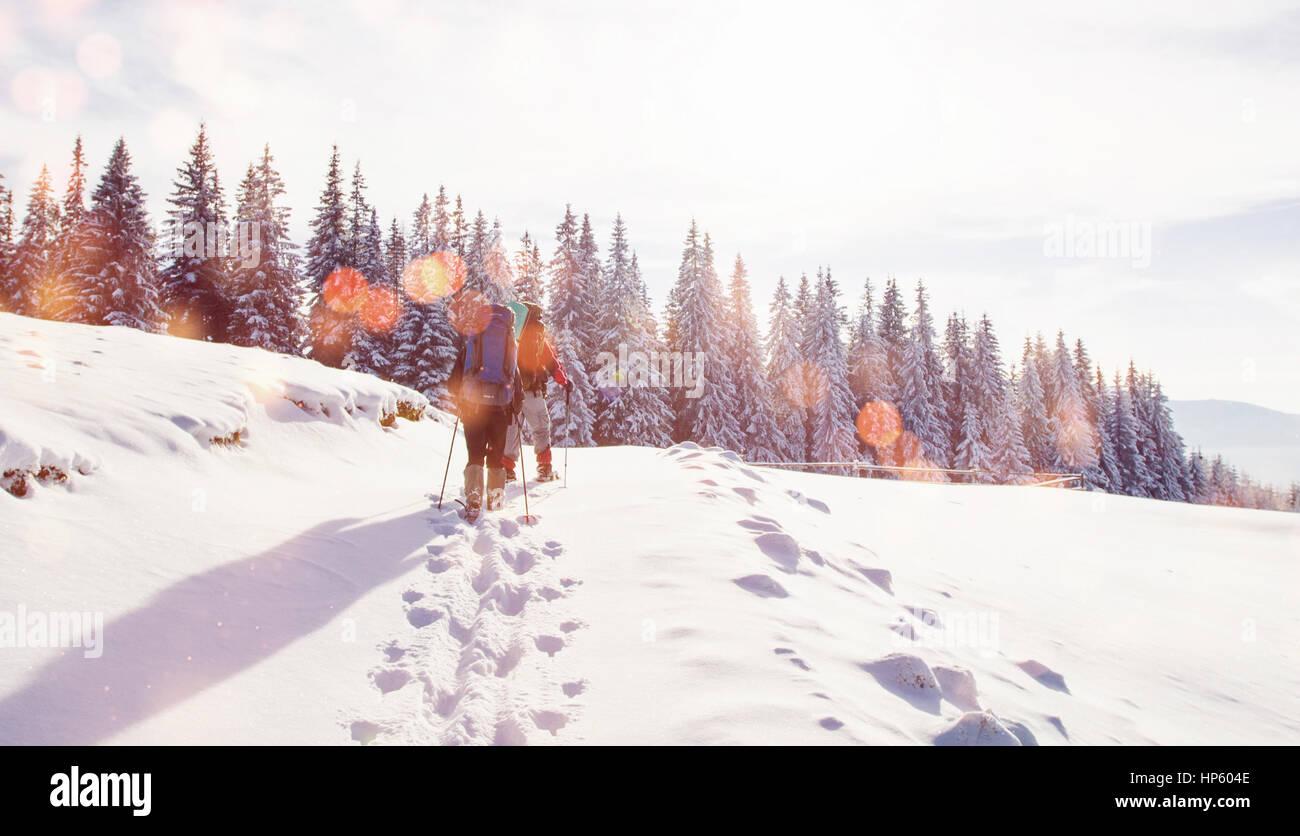 Turismo en montañas en invierno. Luz efecto bokeh, filtro suave Imagen De Stock