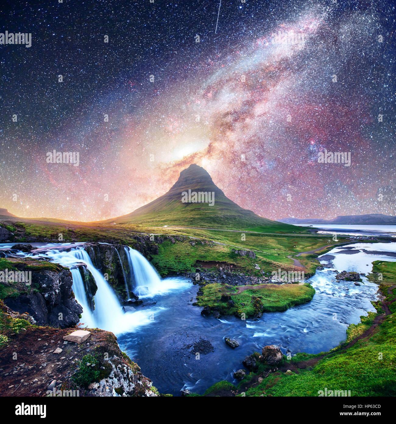 Fantástico cielo estrellado sobre paisajes y cascadas. Montaña Kirkjufell,Islandia cortesía de NASA. Imagen De Stock