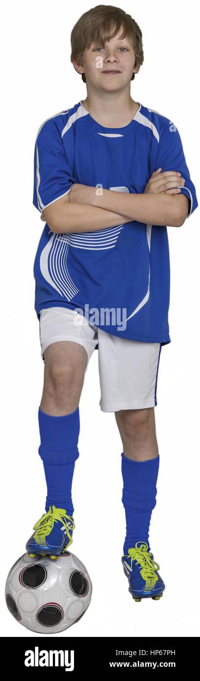 Junge steht mit einem Bein auf Fussball, verschraenkte Armenia (modelo-liberado) Foto de stock